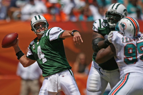 Brett Favre throws his first touchdown pass for New York Jets against Miami Dolphins [GALLO/GETTY]