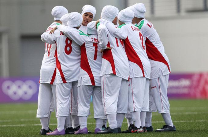 Четыре игрока женской сборной Ирана по футболу, являющихся при этом одними