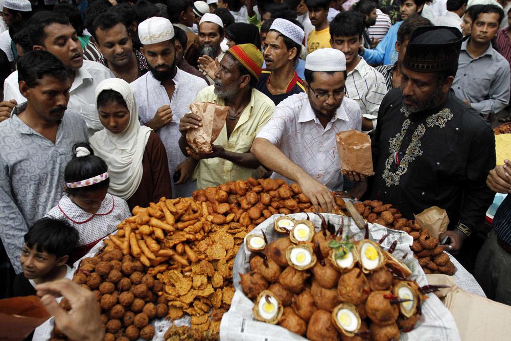 In pictures the start of ramadan france news al jazeera 23 people buy food for iftar at chakbazaar in dhaka bangladesh andrew birajreuters forumfinder Image collections