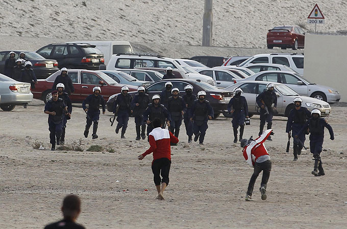 Bahraini police have dispersed protesters who tried to march towards Pearl roundabout