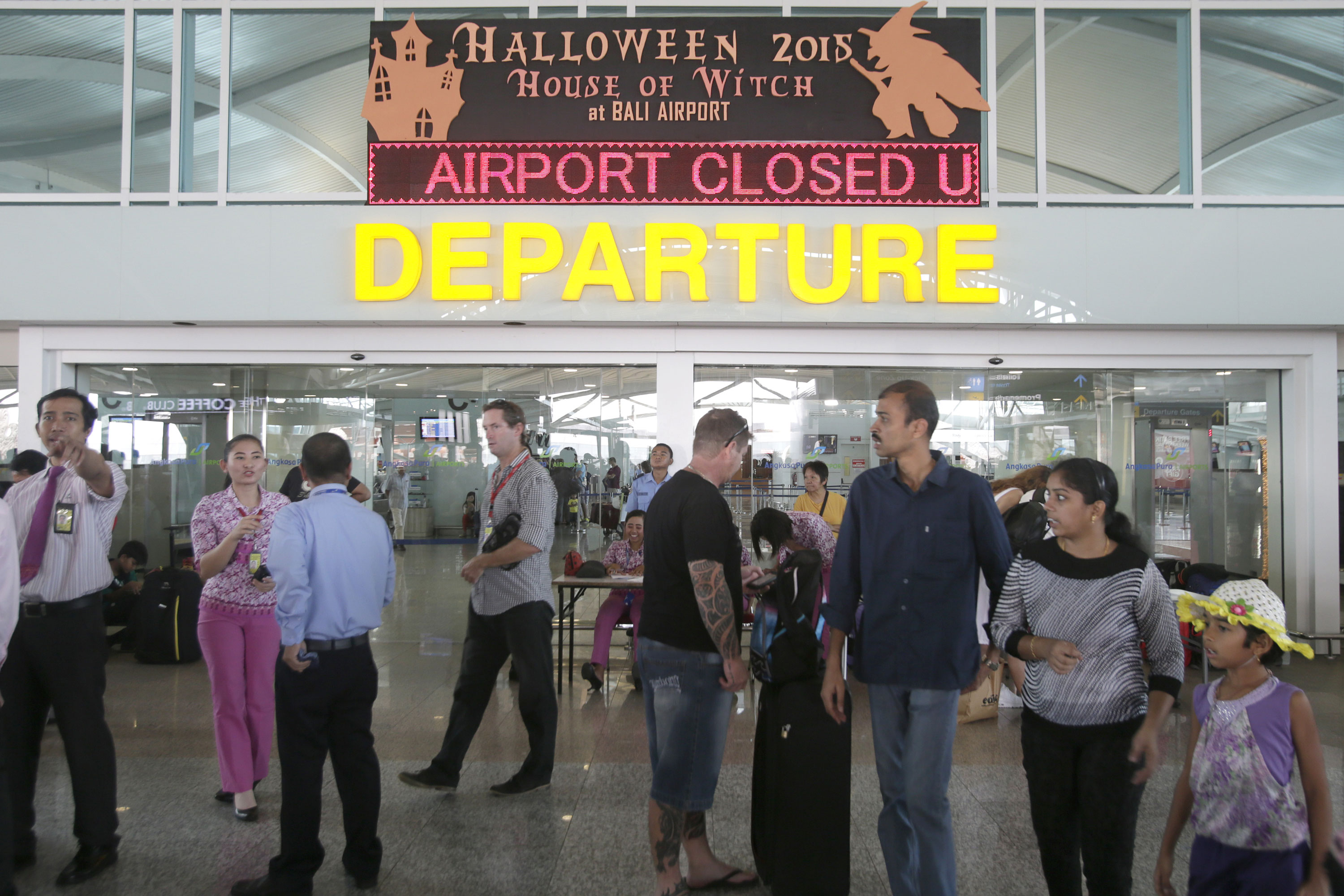 Volcano Leaves Tourists Stranded At Indonesia Airports Al Jazeera