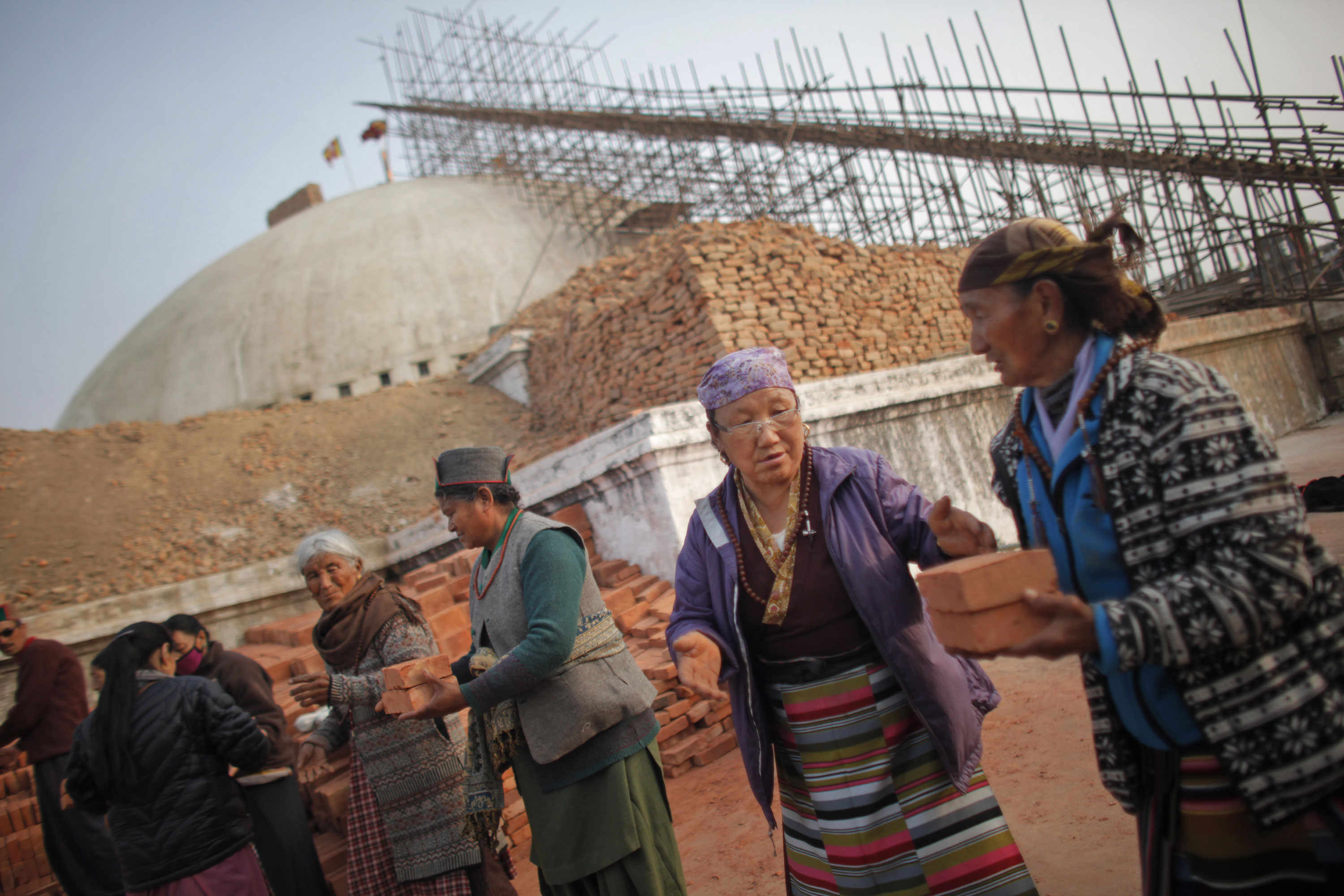 c1944d1eadd957 Locals pass bricks as they help to rebuild the damaged Boudhanath stupa in  Kathmandu. The