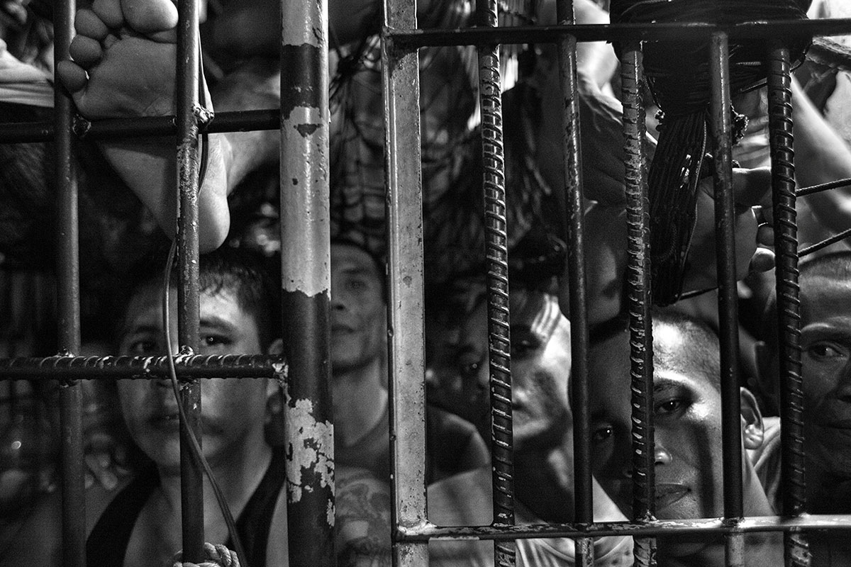 Inside a jail cell in Koronadal, a city in the southern island of Mindanao. The cell is home to about 40 prisoners awaiting trial.Thirty of them are suspected drug offenders. Some claim they have been held since June or July 2016. [Alberto Maretti/Al Jazeera]