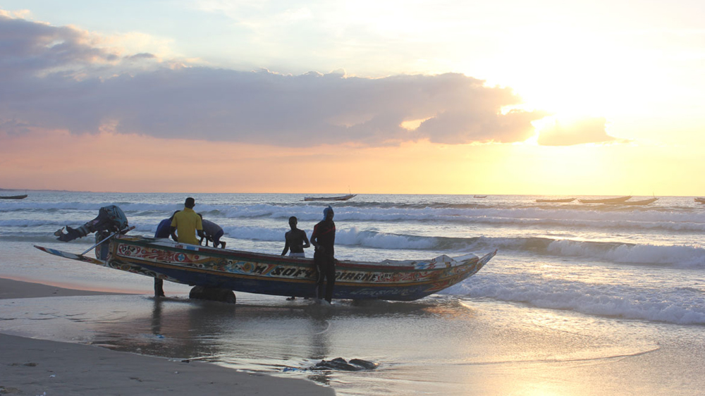 10 years ago a large group of West Africans tried to cross into Europe via Spain's Canary Islands. Even though this route is now sealed off, the youngest generation of fishermen in Kayar still dreams of reaching Europe.