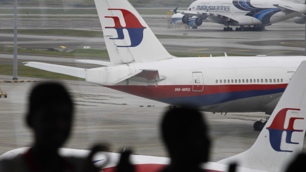 Australian minister says pieces washed up in southern Africa consistent with panels from missing Malaysian Airlines jet.