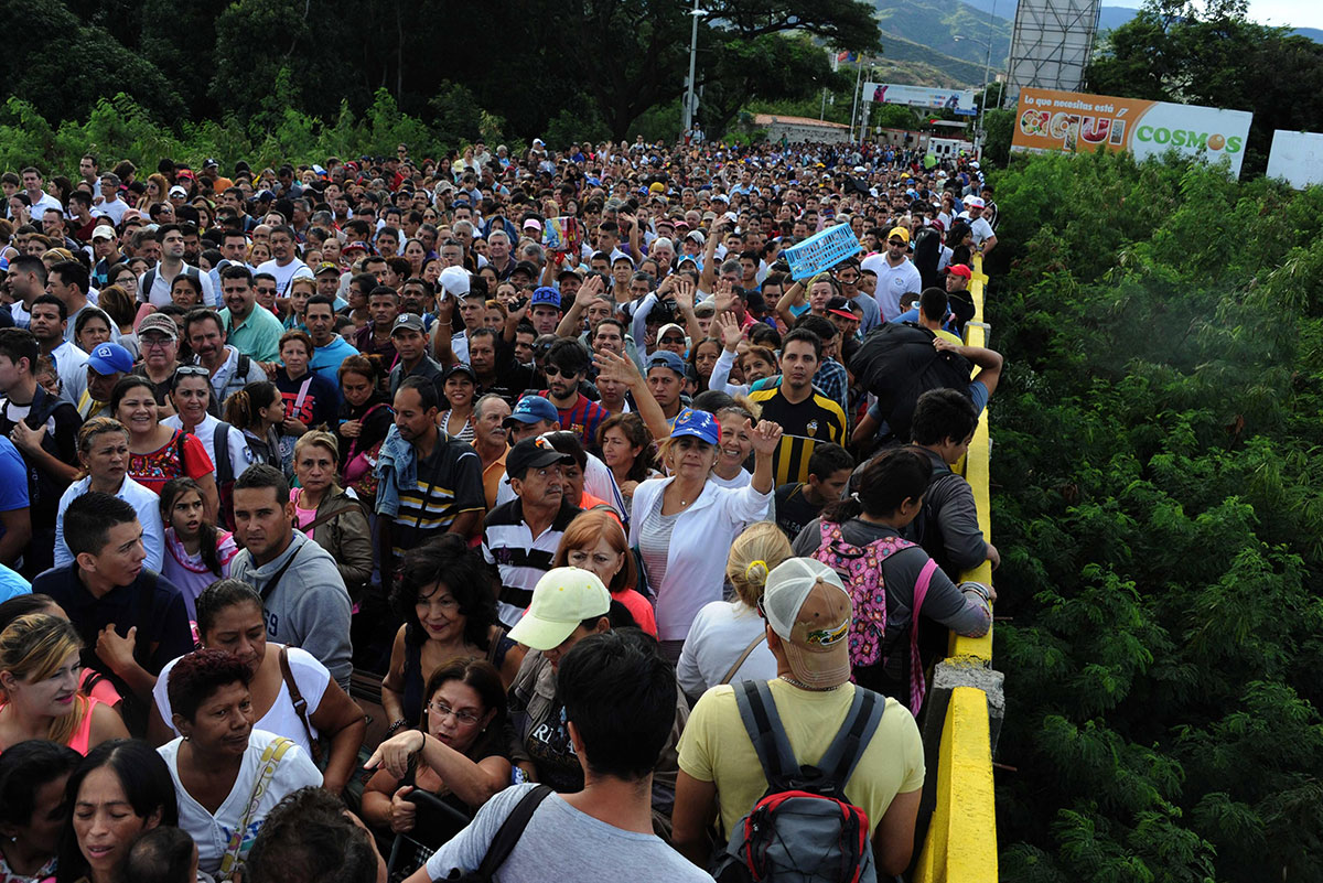 Venezuelan citizens waiting to cross into Colombia to buy supplies. [Gabriel Barrero/EPA]