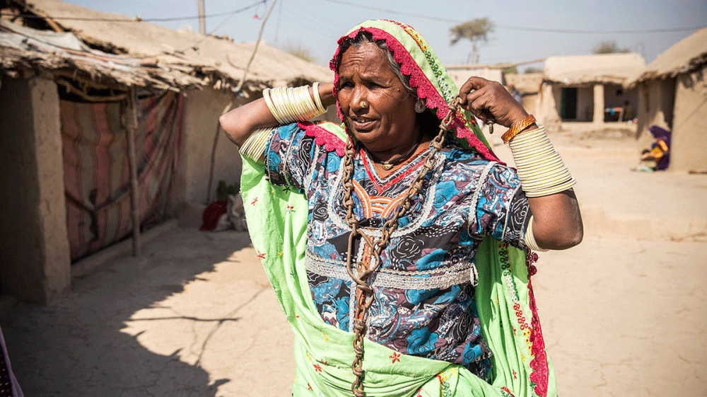 bonded labour in pakistan Is it true in pakistan bonded laborers are not actually shackled physically they are just paid low wages some are actually chained up and not let leave, but there may be some who aren't but yes they are paid low wages, so a little bit of both.