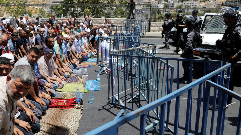 Worshippers took to surrounding streets to offer Jum'ah prayers in a show of defiance against the closure of the Masjid.