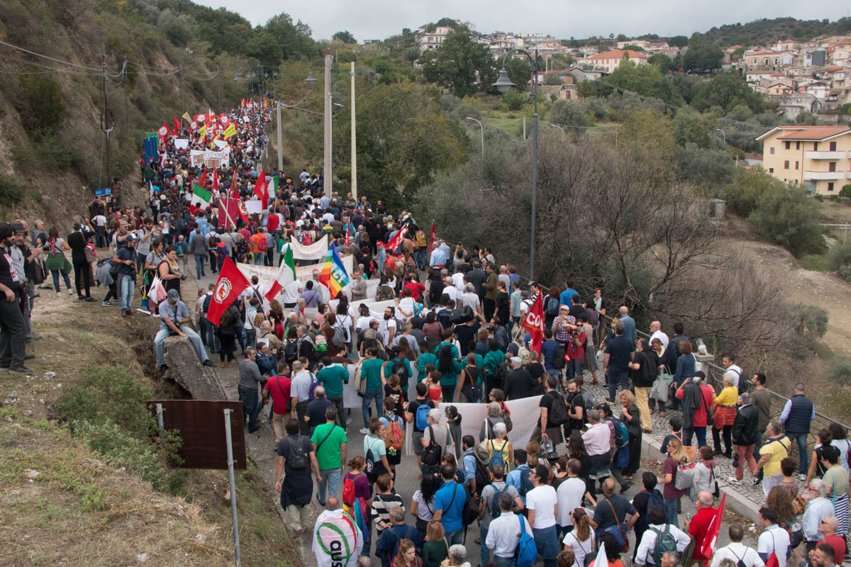 An estimated 6,000 people protested in Riace. [Ylenia Gostoli/Al Jazeera]