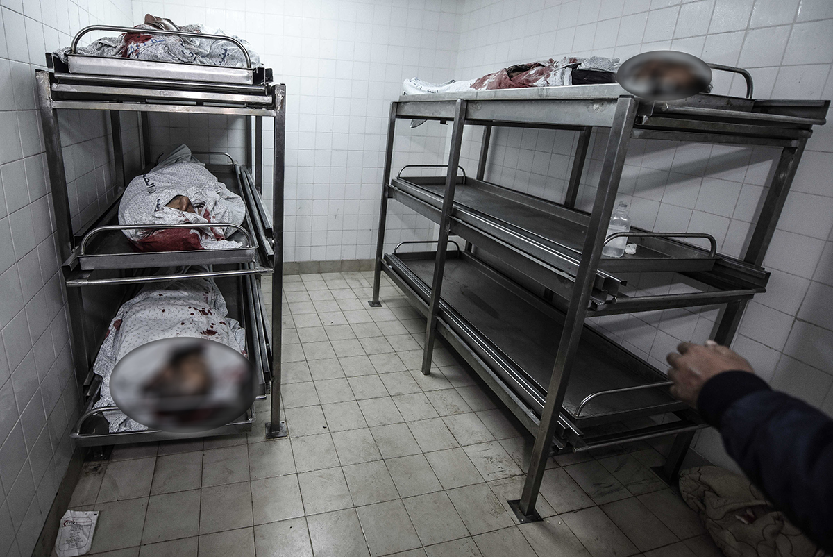 Bodies of Palestinians who were killed on Sunday were brought to a hospital in Khan Younis. [Abed Zagout/Anadolu Agency]