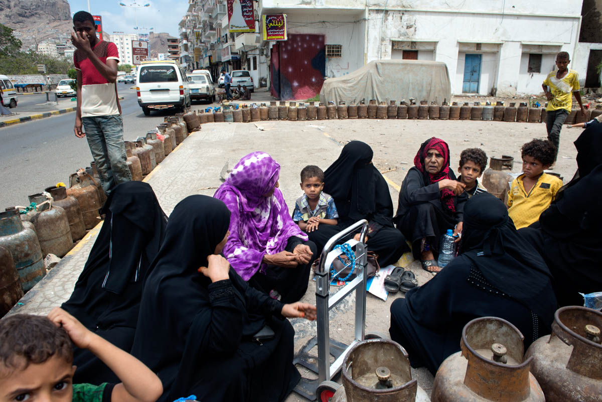 Every day, Aden residents form long queues to buy cooking gas due to a widespread shortage of supplies. [Judith Prat/Al Jazeera]