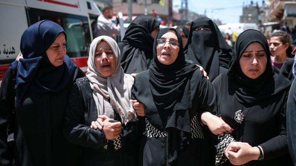 Sabreen Al-Najjar (pakai kaca mata), ibunda Razan Najjar, paramedis yang tewa ditembak tentara israel.