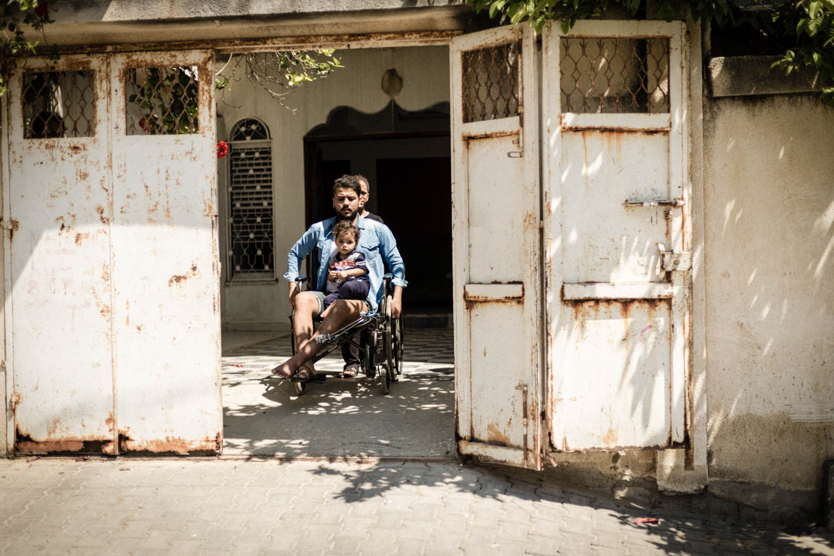 A father of three, Mahmoud is the main breadwinner for his family. Since he was injured, Mahmoud cannot work and he worries he will not be able to pay the rent for his barbershop next month and his family will lose their main source of income. [Alyona Synenko/ICRC]