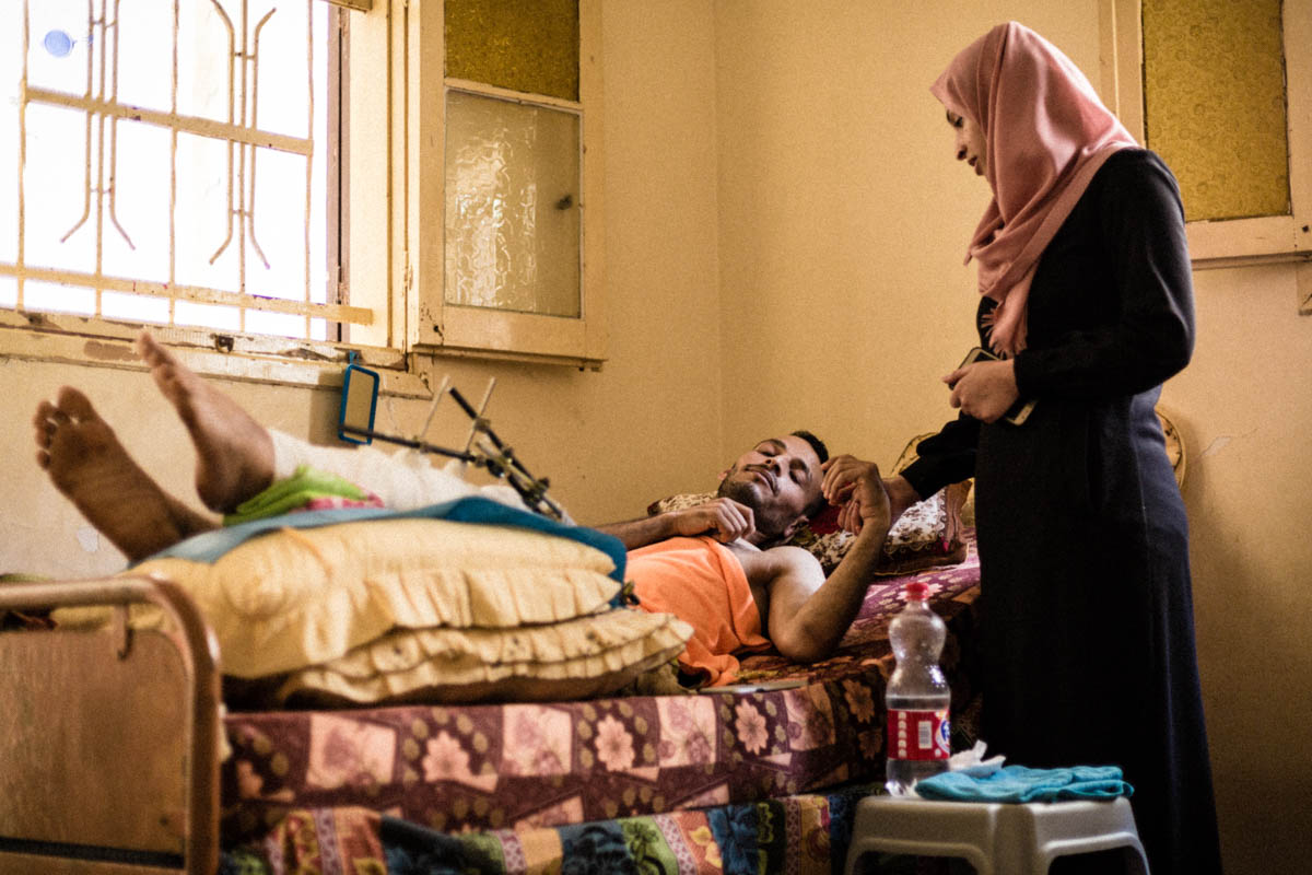 Omar was wounded on May 14. He is now waiting for follow-up surgeries. The healthcare system in Gaza is overwhelmed by the scope of the needs and until now doctors have been unable to say when the surgeries will take place. [Alyona Synenko/ICRC]