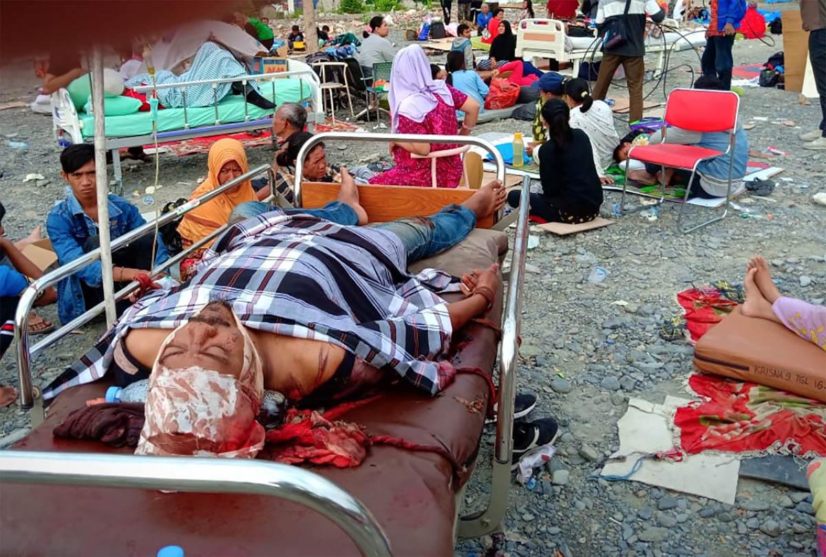 Earthquake survivors rest on beds outside a hospital in Palu, Sulawesi Island. [Rolex Malaha/Antara Foto/Reuters]