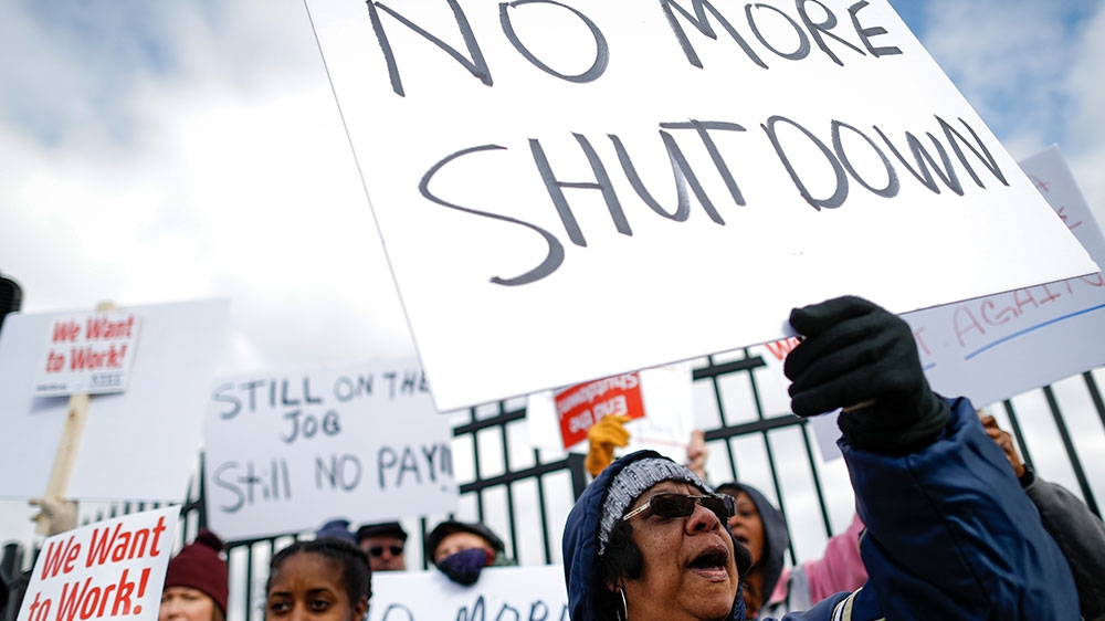 US shutdown: Thousands of federal workers miss paycheques