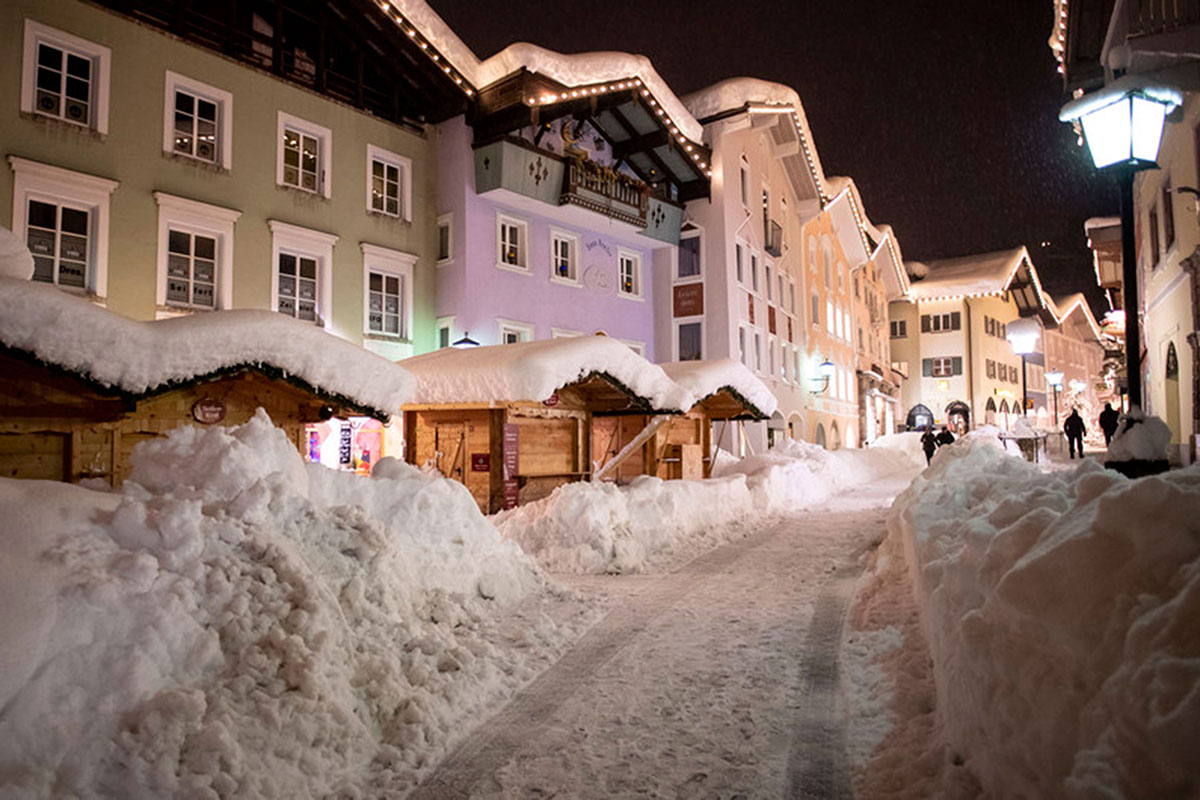 People walk through the snow-covered town centre of Berchtesgaden, Bavaria, Germany. [Lukas Barth-Tuttas/EPA]