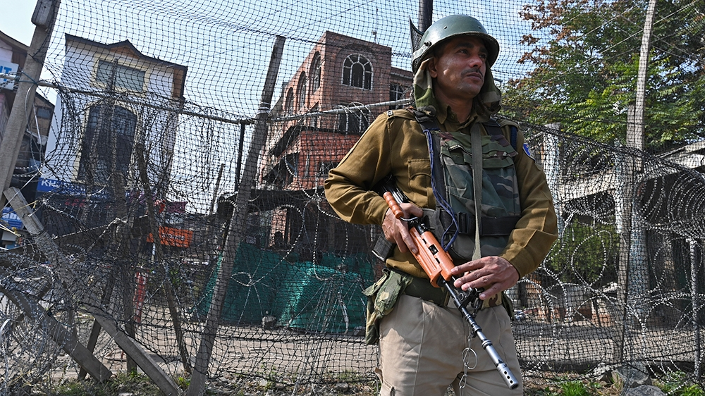 An Indian paramilitary trooper stands guard on a street during a lockdown in Srinagar on October 23, 2019. (Photo by Tauseef MUSTAFA / AFP)