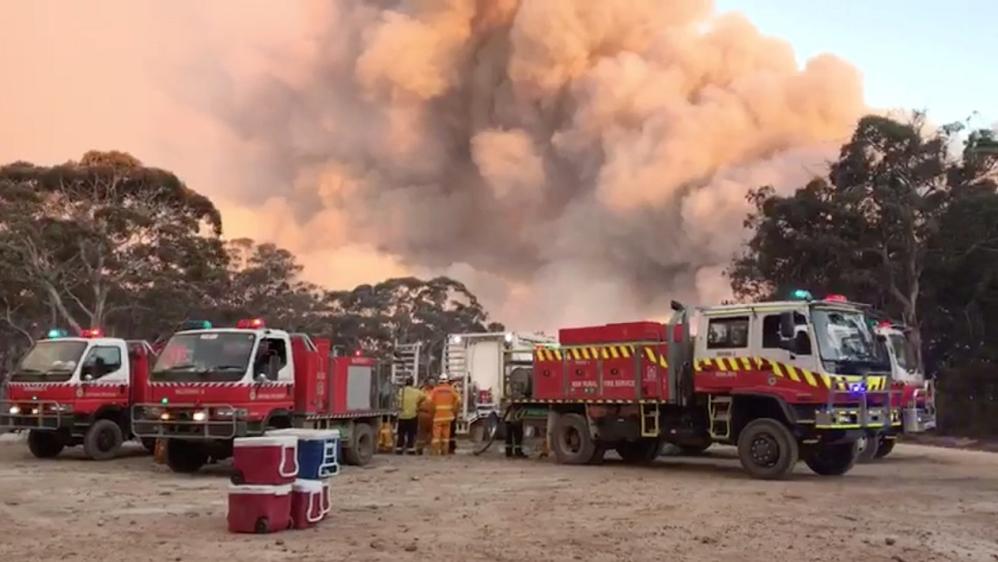Australians flee as soaring heat, winds threaten more bush fires