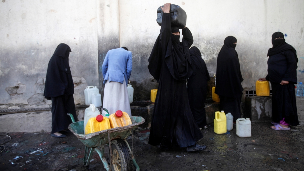 People collect water from a charity tap amid a shortage of drinking water supplies in Sanaa, Yemen October 11, 2019. REUTERS/Mohamed al-Sayaghi