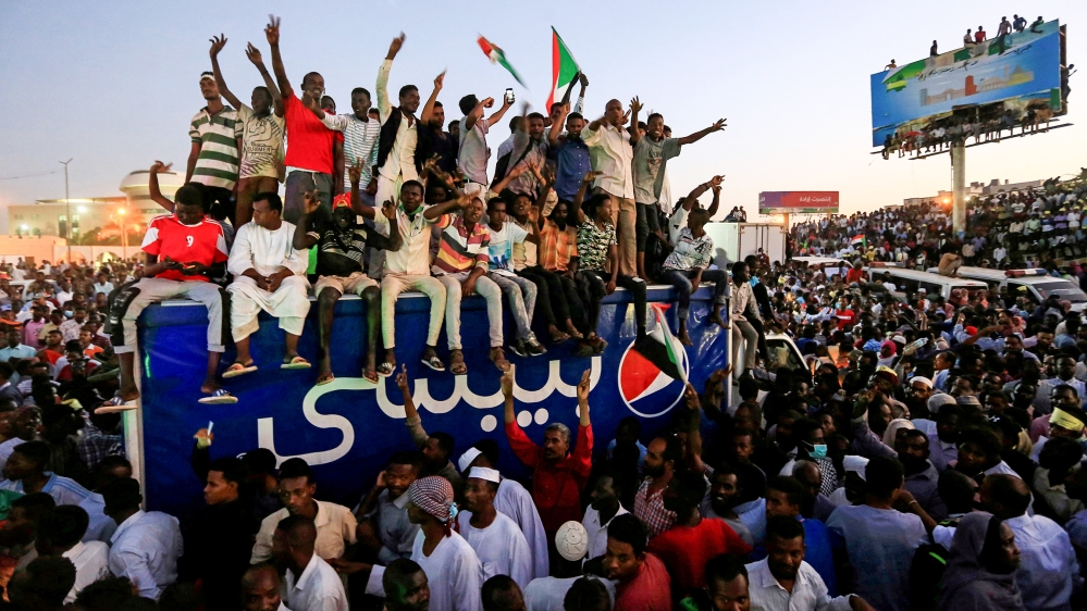 Sudanese demonstrators chant slogans as they attend a mass anti-government protest outside Defence Ministry in Khartoum, Sudan April 21, 2019. REUTERS/Mohamed Nureldin Abdallah TPX IMAGES OF THE DAY