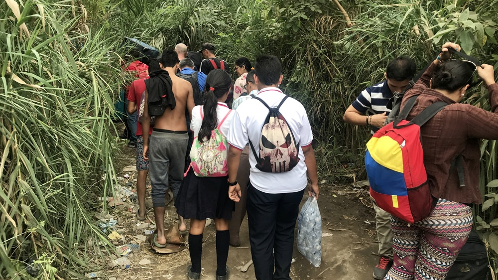 Venezuelan students use risky crossing to get to Colombia school thumbnail