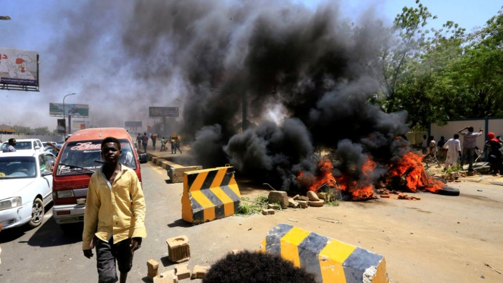 Bildresultat för Violence flares after deal on Sudan transitional power structure Several protesters and one army major killed in Khartoum as tear gas and live rounds fired against demonstrators.