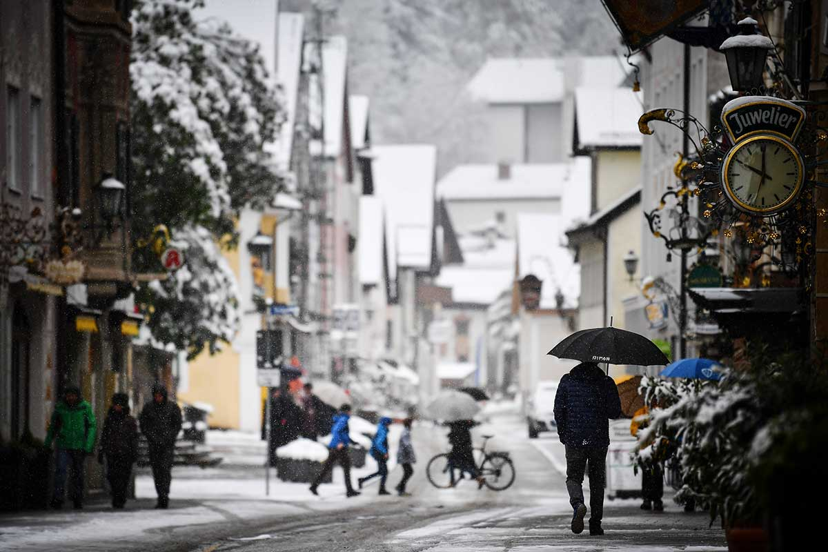 Early May snowfall in the Alps has reached up to 20 centimetres. [Philipp Guelland/EPA-EFE]