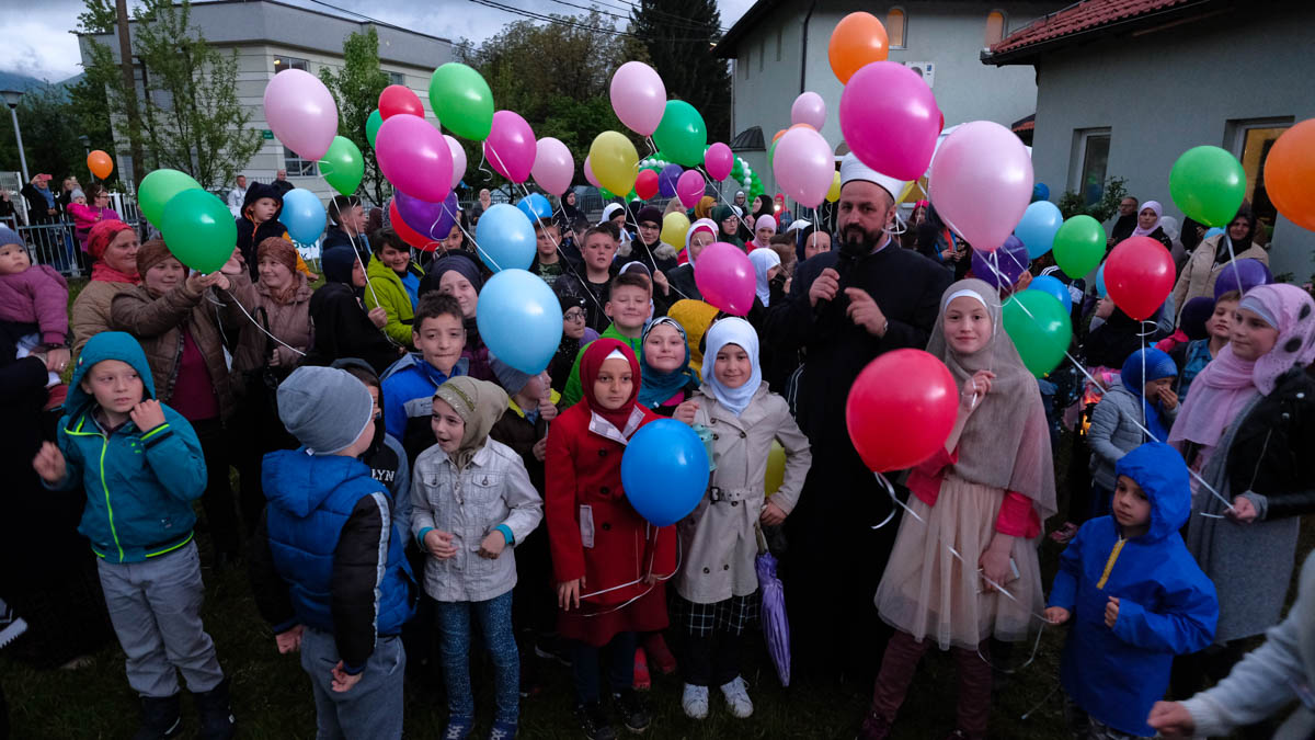 Children hold balloons to mark the beginning of Ramadan in Sarajevo, Bosnia and Herzegovina. [Samir Yordamovic/Anadolu]