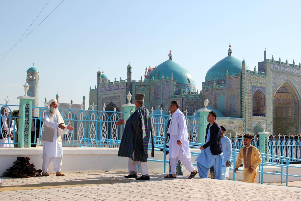 Muslims arrive to perform Eid al-Fitr prayer at the Blue Mosque (Rawza-i-Sharif or Shrine of Ali Mosque) in Mazar-i-Sharif, Afghanistan. [Sayed Khodaberdi Sadat/Anadolu]
