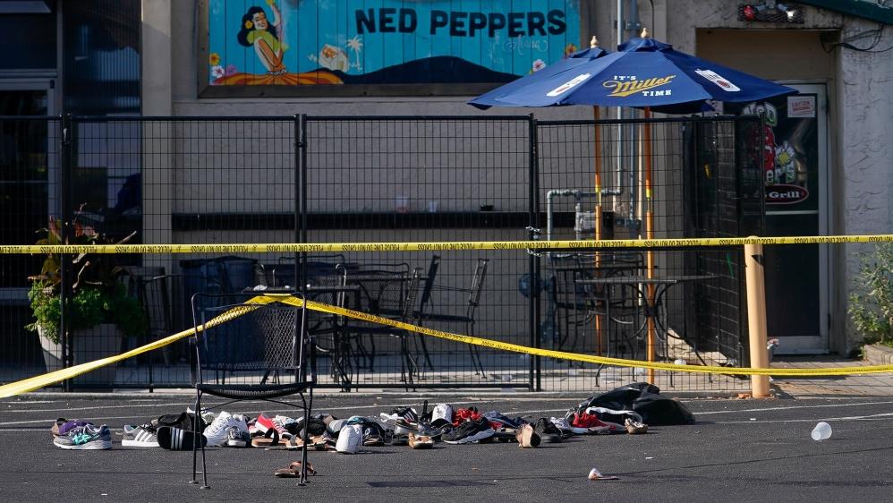 Sepatu ditumpuk di belakang Ned Peppers Bar di tempat kejadian setelah penembakan massal di Dayton