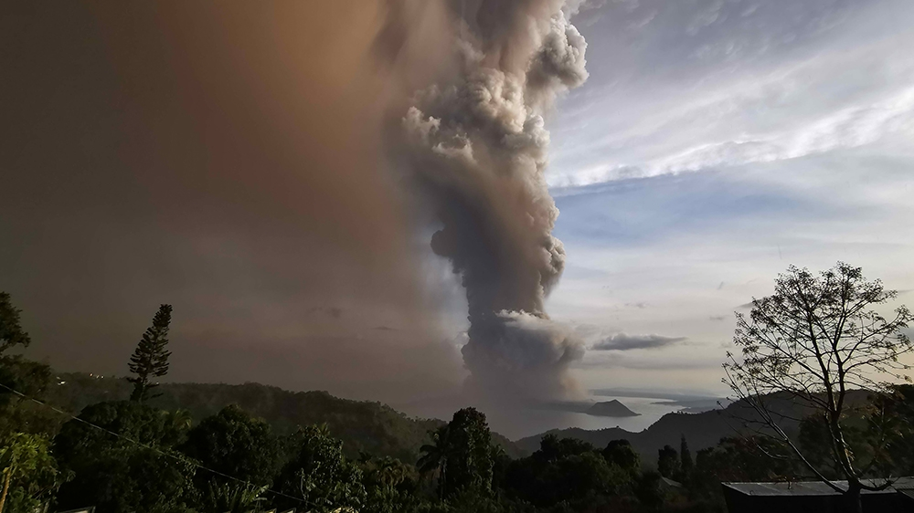 Thousands evacuated as restive Philippine volcano rumbles thumbnail