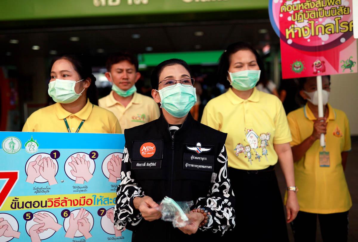 Zyrtarët qeveritarë japin maska si një masë parandaluese kundër shpërthimit të koronavirusit në Bangkok, Tajlandë.  [Soe Zeya Tun / Reuters]