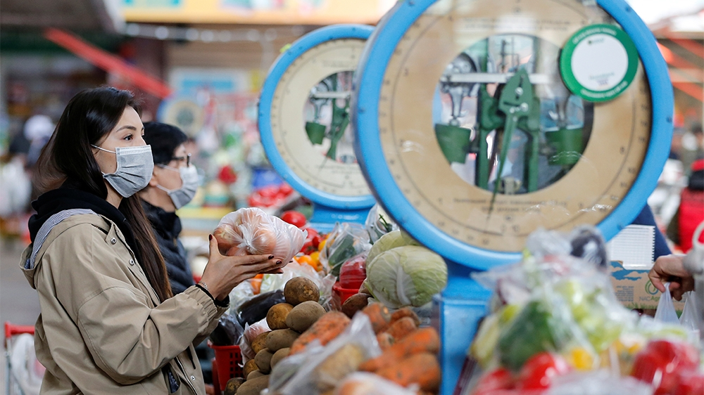 Customers wearing protective masks visit a local food market, also known as bazaar, in Almaty, Kazakhstan March 11, 2020. REUTERS/Pavel Mikheyev