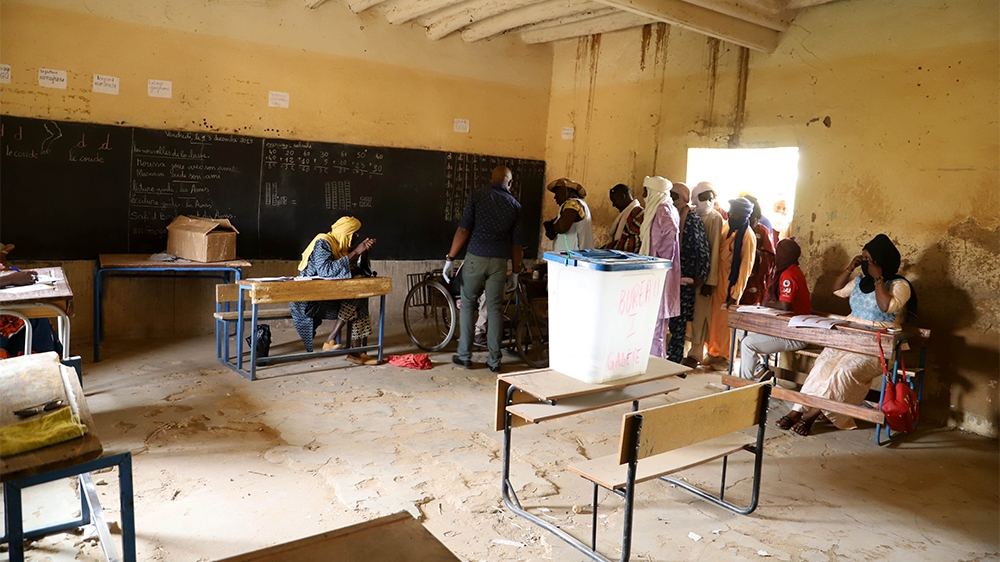 A general view of electoral officials sitting in a polling station during the parliamentary elections in Gao, Mali, on March 29, 2020. - Malians headed to the polls on March 29, 2020, for a long-delay