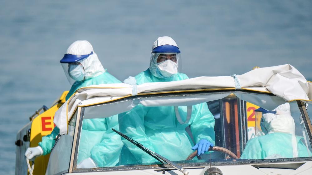 Les agents de santé arrivent par bateau-ambulance dans un hôpital de Venise le Vendredi saint alors que l'Italie célèbre Pâques sous verrouillage pour tenter de stopper la propagation de la maladie à coronavirus (COVID-19) le 10 avril 2020. R