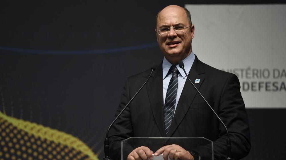 Le gouverneur de Rio de Janeiro, Wilson Witzel, prend la parole lors de la cérémonie marquant l'assemblage des pièces du nouveau sous-marin de la marine brésilienne Humaita (SBR-2), au complexe de la marine Itaguai à Rio de Janeiro, Braz