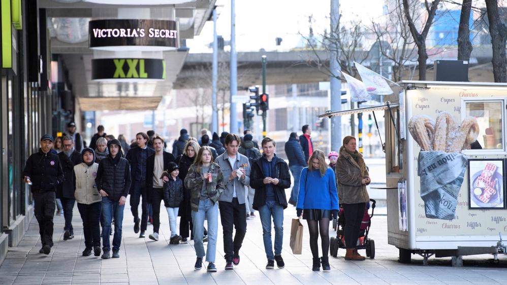 Les gens marchent à Stockholm