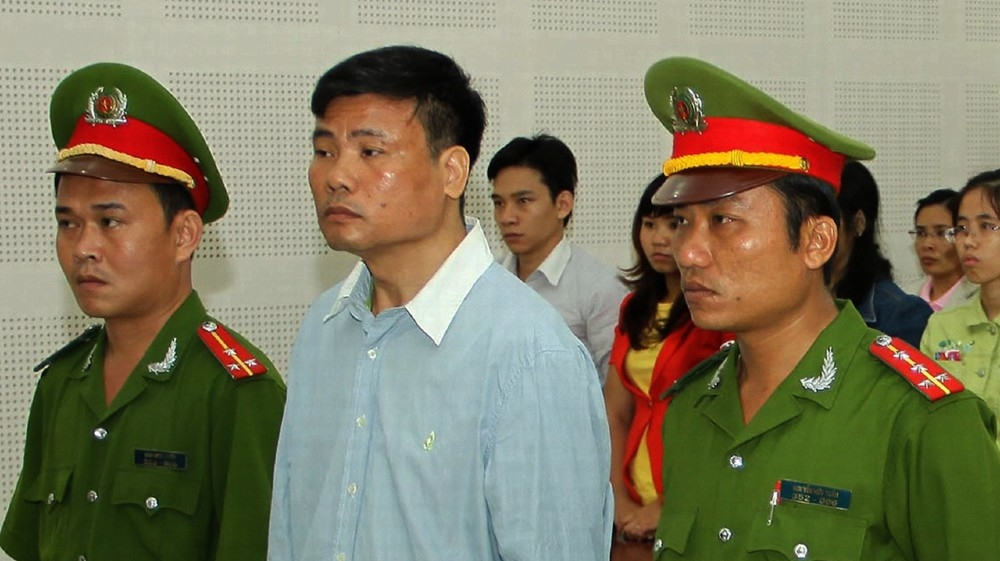 Blogger Truong Duy Nhat (C) stands trial at a local People's Court in the central city of Da Nang on March 4, 2014. Popular Vietnamese blogger and journalist Truong Duy Nhat was ja