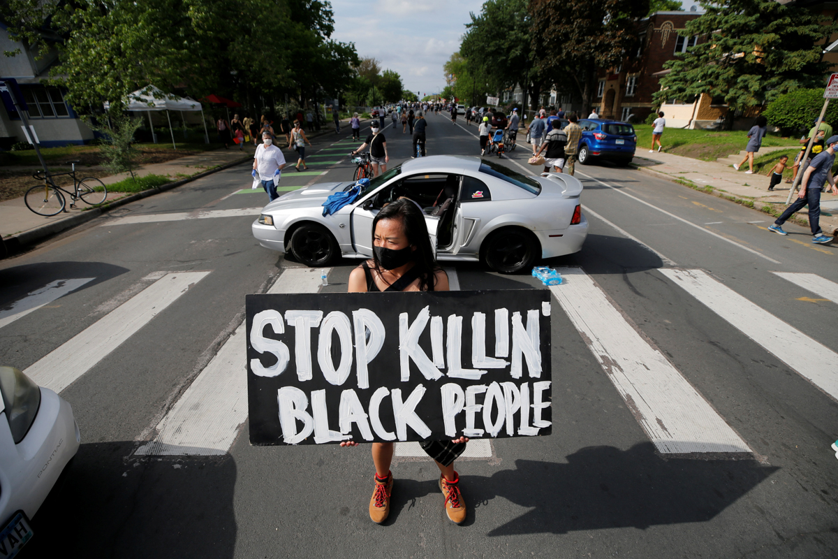 Protesters gather at the scene where George Floyd, an unarmed black man, was arrested by police officers before dying in hospital in Minneapolis, Minnesota, U.S. May 26, 2020. REUTERS/Eric Miller