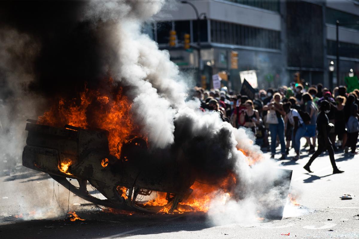 30 Mayıs 2020 Cumartesi günü Philadelphia'da George Floyd Philadelphia Protestosu Adaleti sırasında Center City'deki bir polis kruvazöründe çıkan yangından duman yükseliyor. Göstericiler sokaklara döküldü