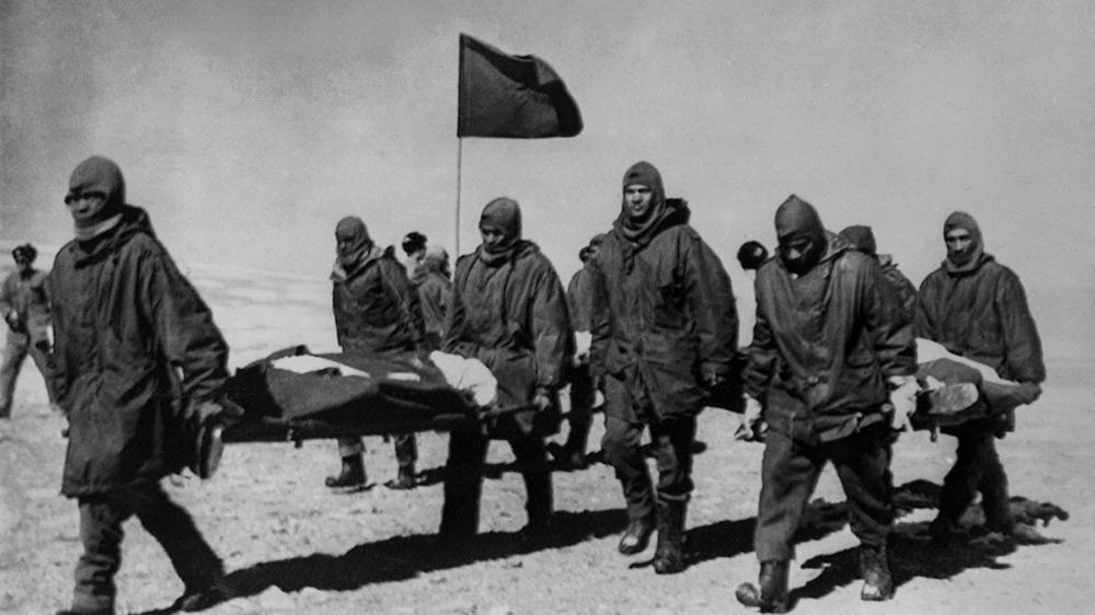 Hint askerleri, 14 Eylül 1967 tarihli bu fotoğrafta Hindistan'ın Sikkim sınırındaki Çin birlikleri tarafından kendilerine verilen cesetleri taşıyorlar. [Keystone-France/Gamma-Rapho via Getty Images]