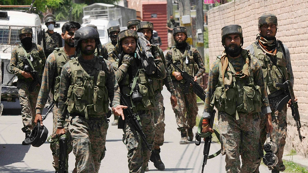 epa08499937 Indian army soldiers return from the site of a gunfight with separatist militants in Srinagar, the summer capital of the union territory of Jammu and Kashmir, 21 June 2020. Three militants