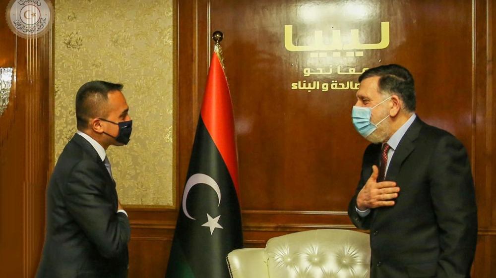 Kryeministri Fayez al-Serraj i Qeverisë së njohur ndërkombëtarisht në Libi të Akordit Kombëtar (GNA) mban një maskë mbrojtëse ndërsa takohet me Ministrin e Jashtëm Italian Luigi Di Maio në Tripoli