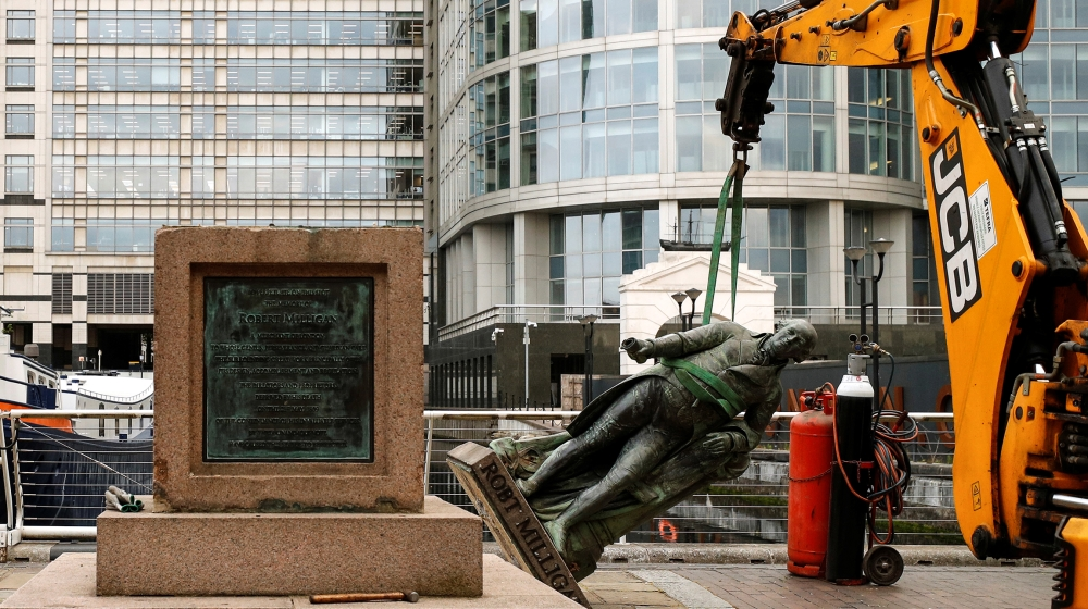 Robert Milligan: London statue of 18th-century slaver removed thumbnail
