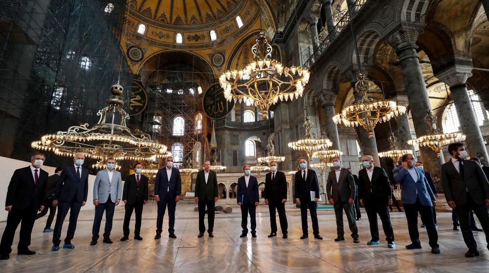Esta foto divulgada pela assessoria de imprensa da presidência turca mostra o presidente turco Tayyip Erdogan (C), ladeado pelo ministro da cultura e turismo turco Mehmet Nuri Ersoy (CL) e pelo chefe