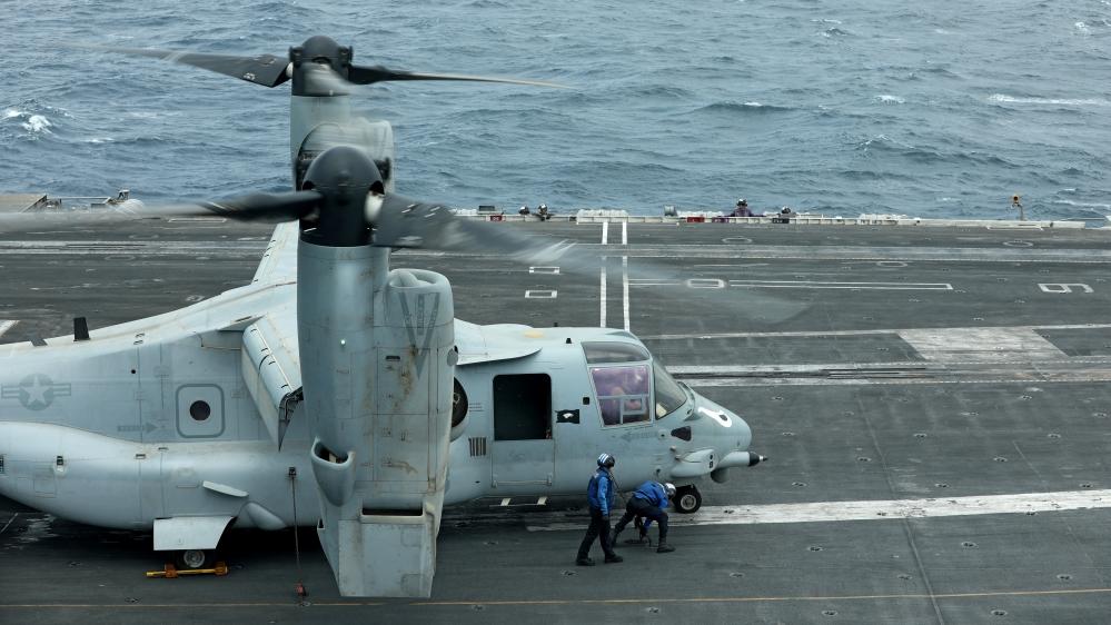 Uma aeronave MV-22 Osprey é vista no convés do USS Abraham Lincoln, no Golfo de Omã, perto do Estreito de Ormuz