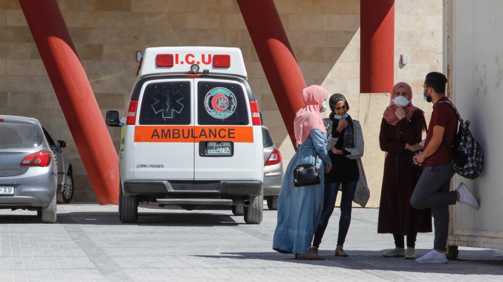 Un grupo de enfermeras se prepara para salir del Hospital Dura después del final de su turno.