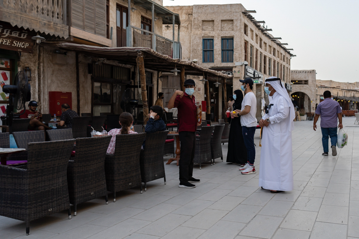 Des cafés et des restaurants ont ouvert leurs portes pour la première fois depuis que les autorités ont imposé un verrouillage pour empêcher la propagation du virus en mars.  [Sorin Furcoi / Al Jazeera]