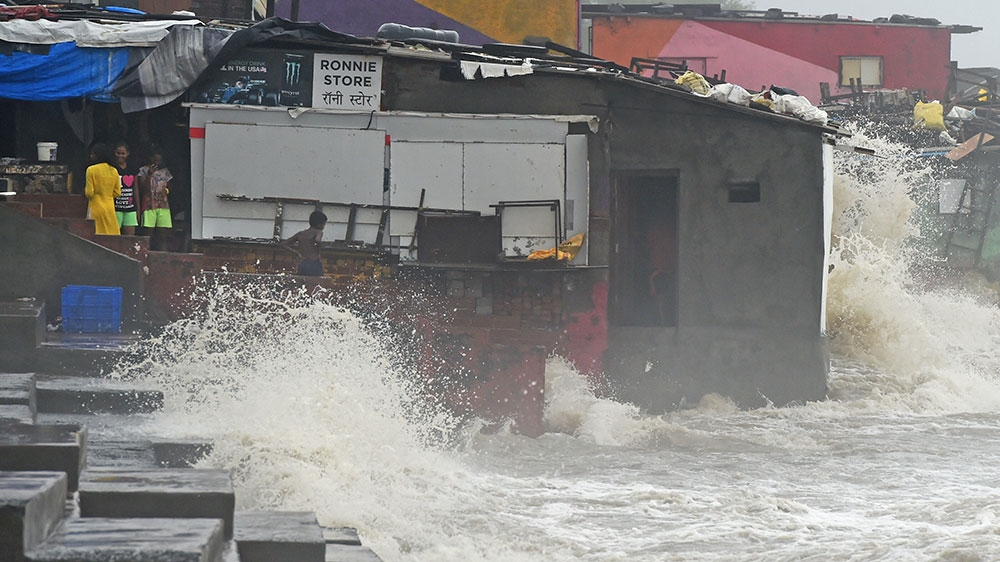 Monsoon rains set off extreme floods in India's Mumbai thumbnail